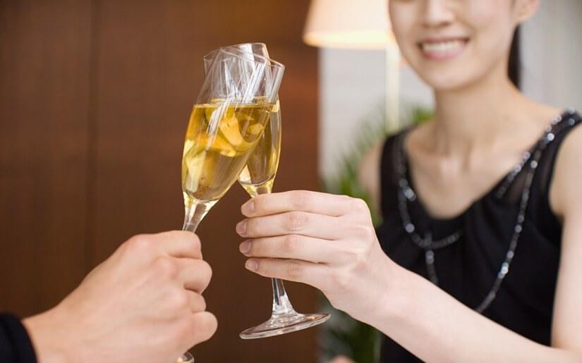 זוג שותה כוס שמפניה באחת המסעדות הרומנטיות