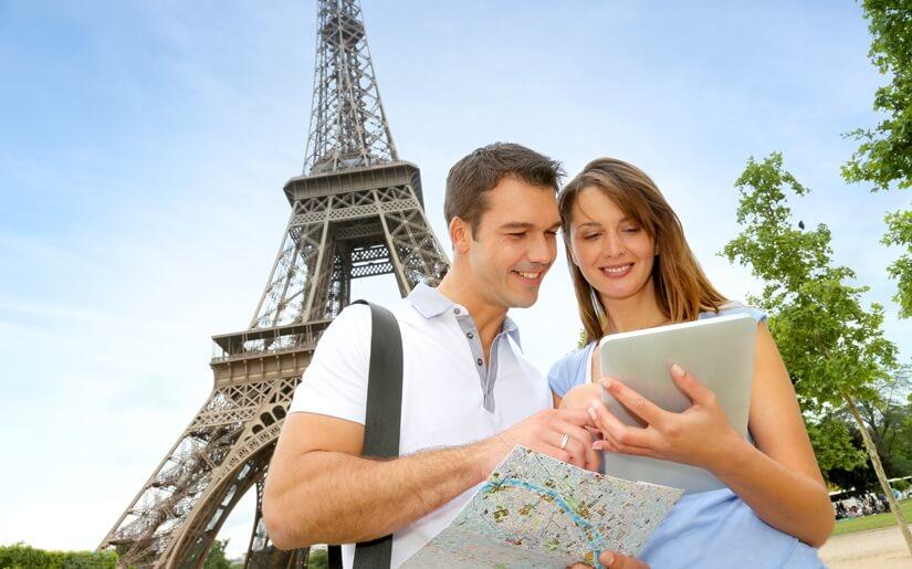 זוג בחופשת ירח דבש בפריז