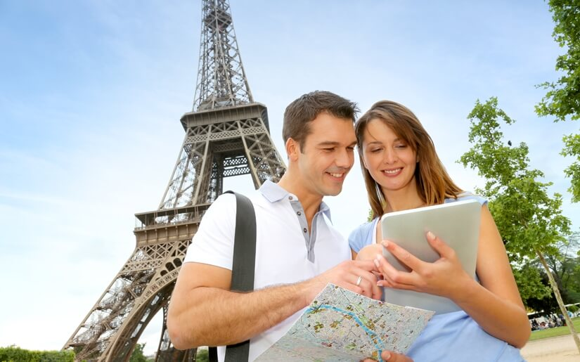 זוג מבקר במגדל אייפל בזמן חופשה רומנטית בפריז